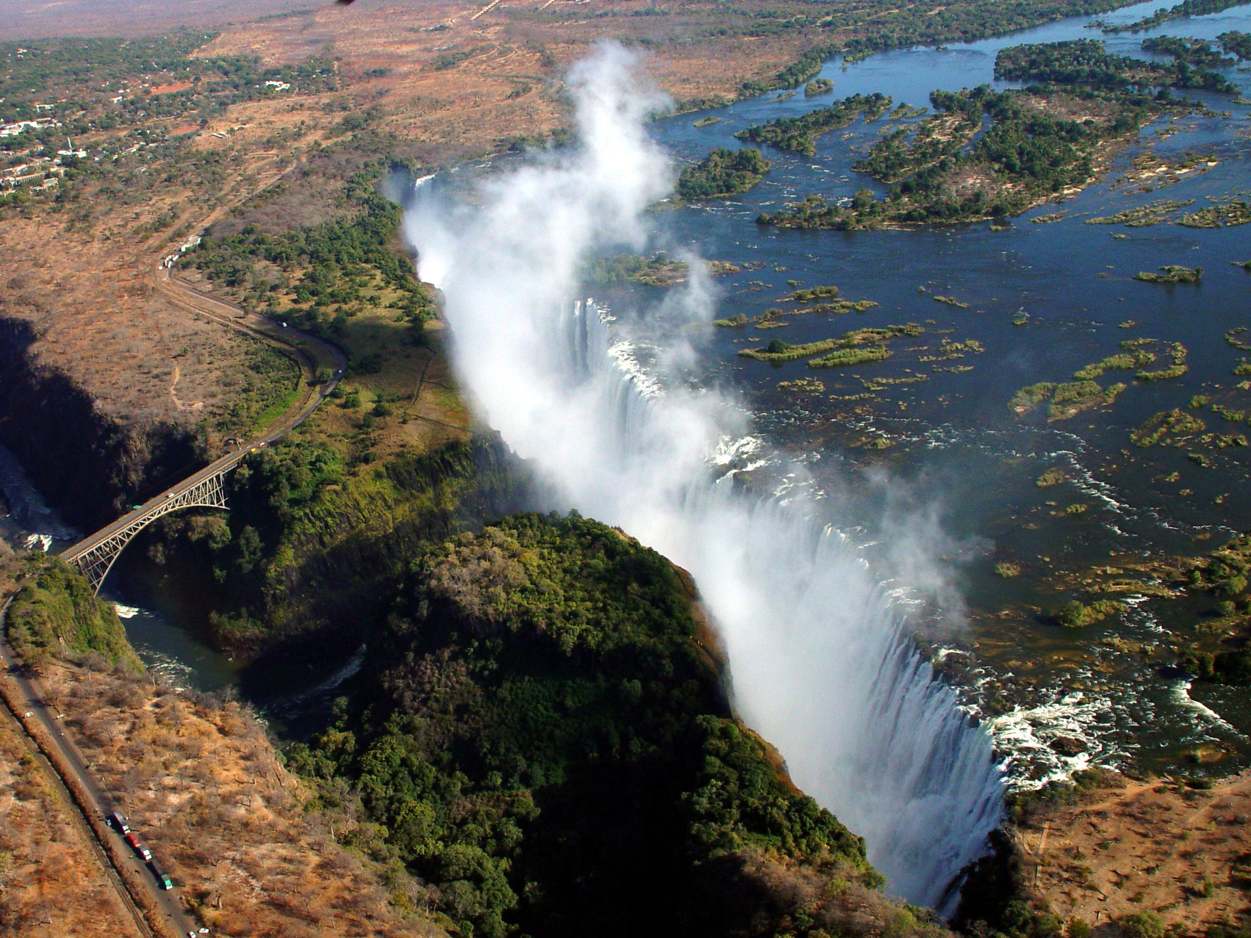 Пасется прямо на водопаде виктория
